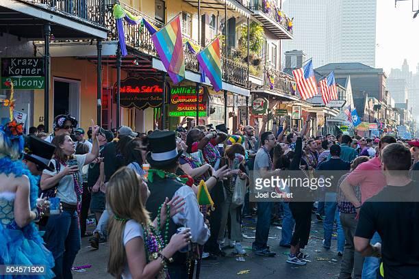 マルディグラのニューオーリンズ - ニューオリンズ バーボンストリート ストックフォトと画像