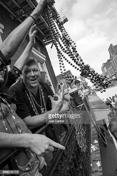 Terça-feira Gorda revelry na varanda acima de Bourbon Street