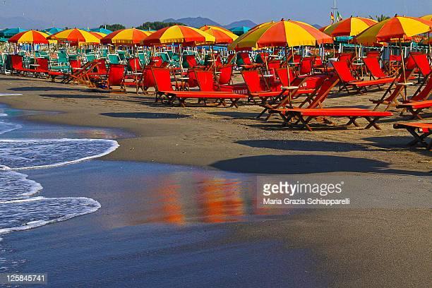 mare di massa, colori - giallo e rosso - massa stock pictures, royalty-free photos & images