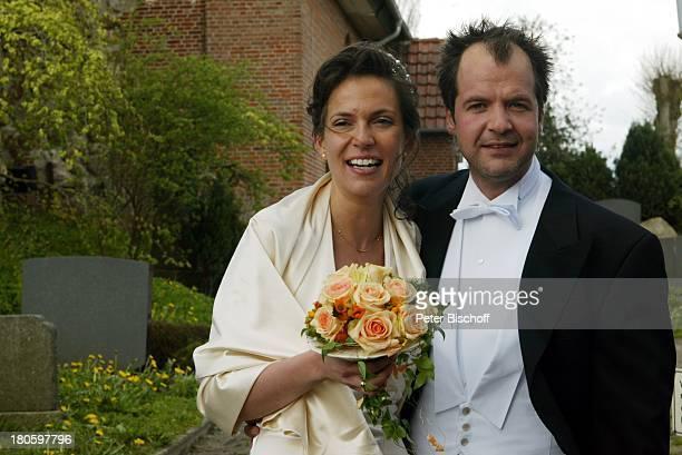 Marek Erhardt und Ehefrau Maren Hochzeit Heiligenstedten Blumenstrauß Hochzeitskleid Frau