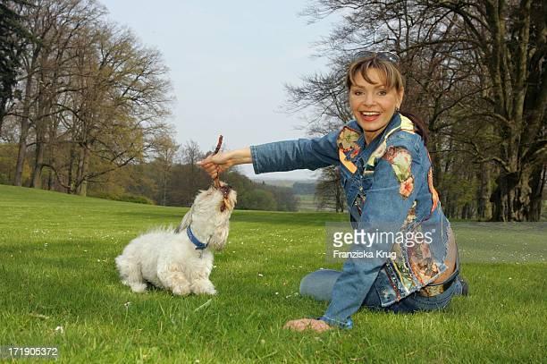 Maren Gilzer Mit Ihrem Hund Im Park Des Radisson Sas Schlosshotels Im Land Fleesensee Am 300405