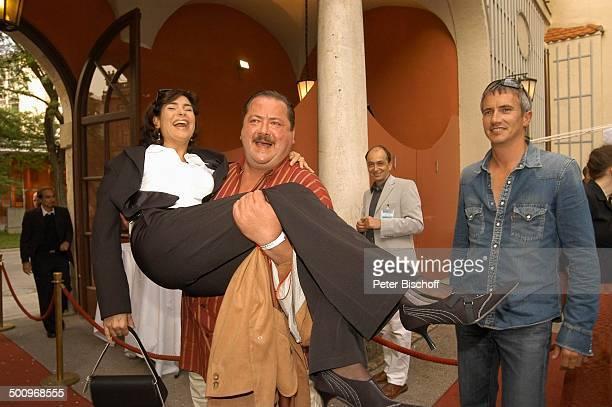 Maren Schumacher Joseph Hannesschläger Markus Böker Filmfest München 2004 Bavaria Empfang Künstlerhaus München auf den Arm nehmen roter Teppich...
