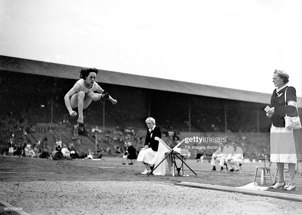 London Olympic Games 1948 - Athletics - Women's Long Jump - Wembley : News Photo
