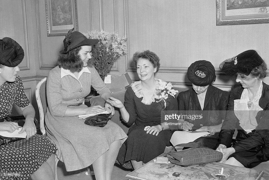 Margaret Mitchell with Reporters : News Photo