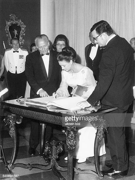 Margaret Rose Princess GB*Countess of SnowdonSister of Queen Elizabeth IIwith the major of Berlin Klaus Schuetz during entry in the Golden book of...