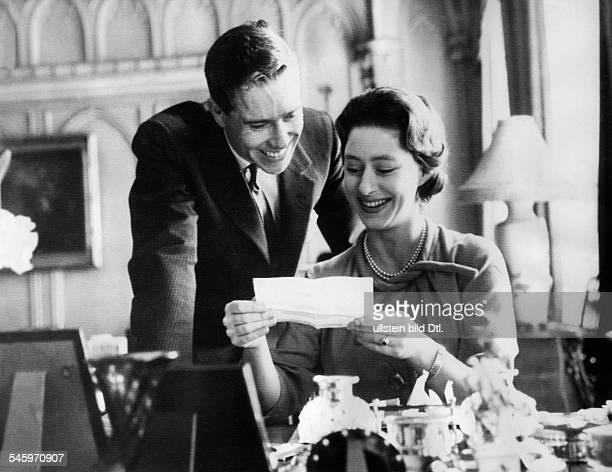 Margaret Rose Prinzessin *Graefin von Snowdon GBSchwester von Queen Elizabeth II mit ihrem Verlobten Antony ArmstrongJones beim Lesen von...