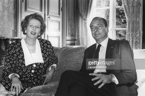 Margaret Thatcher et le président français Jacques Chirac lors de la signature définitive de l'acte donnant naissance au tunnel sous la Manche à...