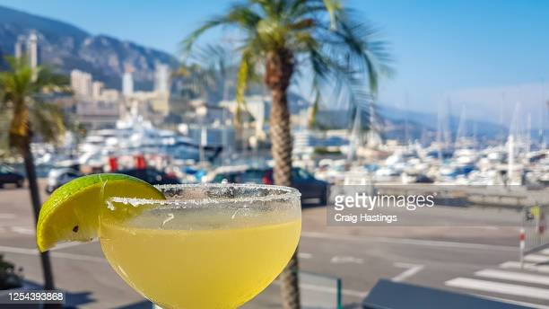 margarita cocktails at the harbour side in monte carlo monaco on the exclusive high end french riviera - monte carlo stock-fotos und bilder
