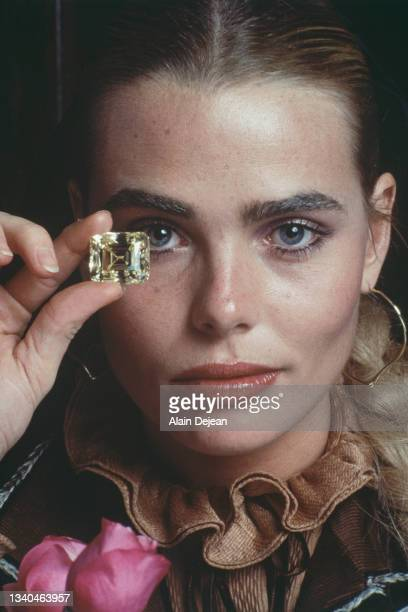 """Margaux Hemingway with the """"Soleil d'Or"""", a 105 carats diamond lend by the jeweller Fred. Paris, 24th October 1977."""