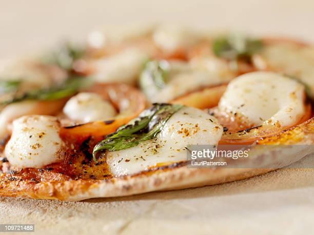 pizza margherita sul piatto pane - pizza margherita foto e immagini stock
