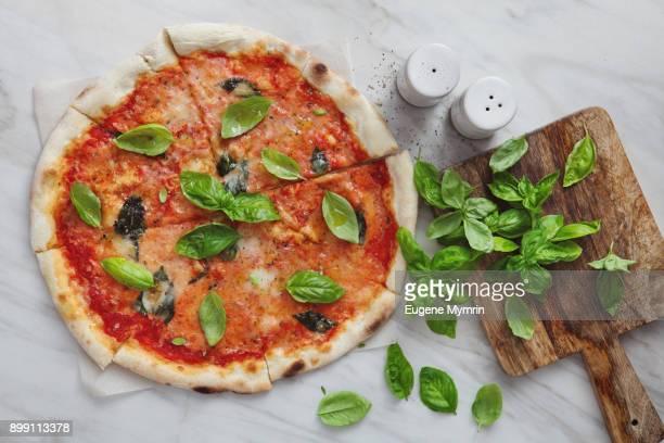 margharita pizza - pizza margherita foto e immagini stock