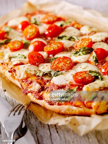 focaccia pizza margherita - pizza margherita foto e immagini stock