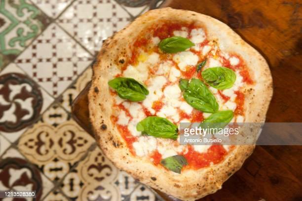 margherita pizza - pizza margherita foto e immagini stock