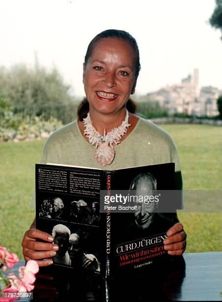 Margie Jürgens Urlaub SüdFrankreich Homestory mit dem Buch über verstorbenen Ehemann Curd Jürgens Promis Prominenter Prominente Biografie