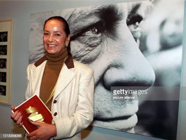 Margie Jürgens Witwe des deutschen Schauspielers Curd Jürgens zeigt am vor einem Porträtfoto ihres Mannes im Filmmuseum in Frankfurt den Deutschen...
