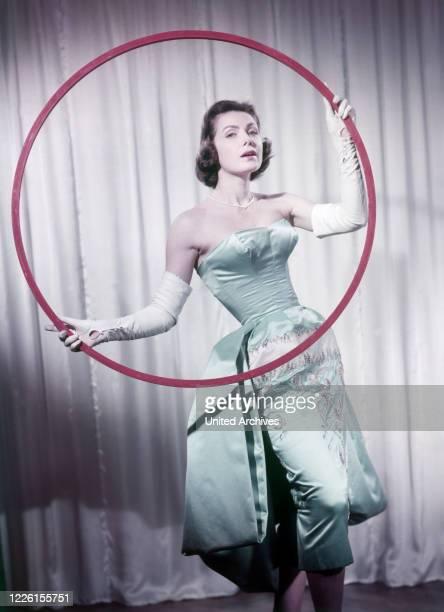 Margit Nünke deutsche Schauspielerin und Fotomodell Miss Germany Miss Europe Studioaufnahme zum Film Das haut hin 1957 German actress Margit Nuenke...