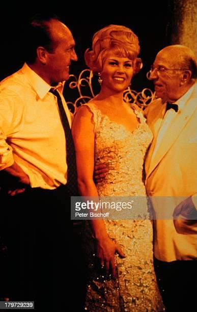Margit Schramm, Ehemann Fred Kraus , TV-Show, Bühne, Dekollette, Krawatte, Brille, Operettensängerin, Sängerin, Promis, Prominenter, Prominente,