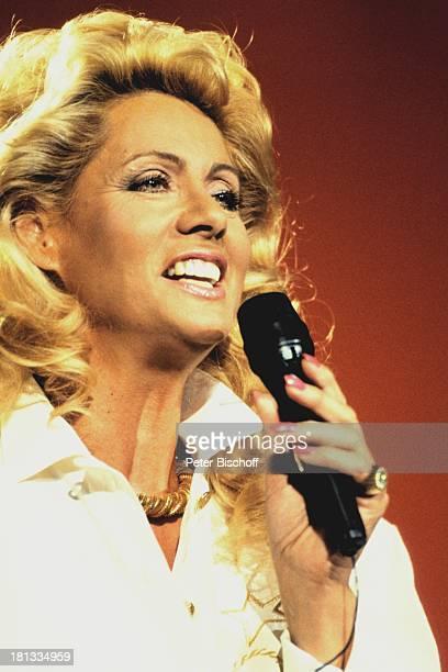 """Margot Eskens, """"20 Jahre Schlagerfestival"""", Kerkrade, Niederlande , , Auftritt, Mikro, Mikrofon, singen, OH/OH;"""