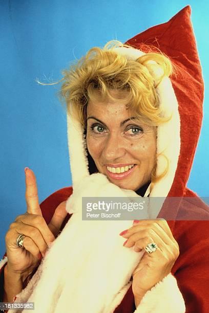 Margot Eskens als Weihnachtsmann bzw Nikolaus verkleidet Verkleidung Advent Adventszeit Winter Weihnachten Weihnachtszeit Weihnachtsfrau...