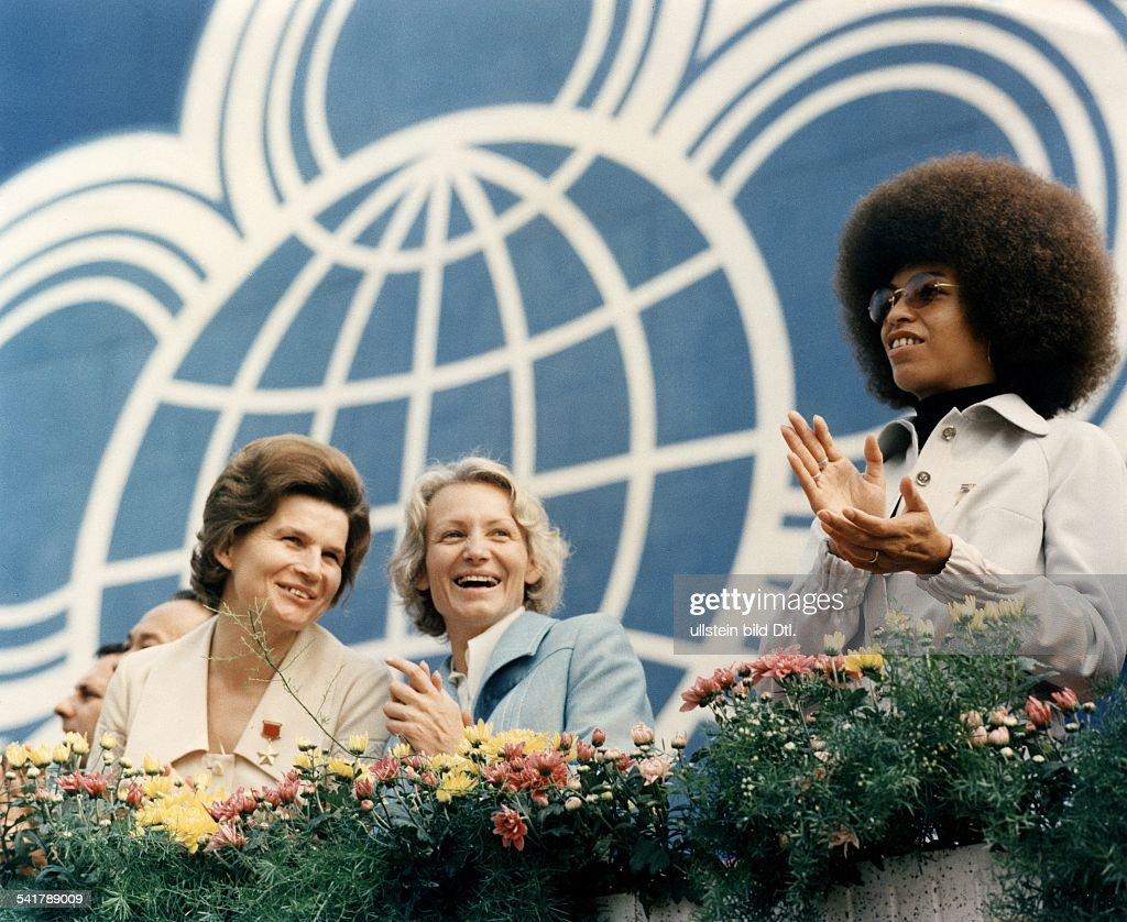 GDR Margot Honecker *17.04.1927- Politician, wife of East Germany's former Head of State, Erich Honecker Margot Honecker (m), woman cosmonaut Valentina Tereshkova (l), and American civil rights activist Angela Davis (r) at the opening of the (communi : Foto di attualità