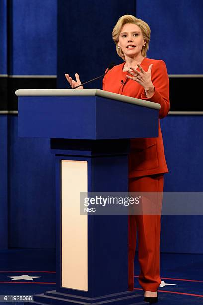 """Margot Robbie"""" Episode 1705 -- Pictured: Kate McKinnon as Democratic Presidential Candidate Hillary Clinton during the """"Debate Cold Open"""" sketch on..."""