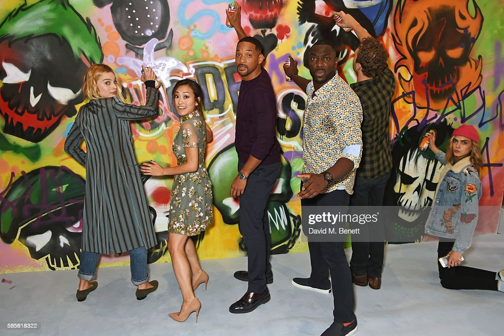 """The Cast of """"Suicide Squad"""" Add The Finishing Touches To Graffiti Artist Ryan Meades' Mural In London : News Photo"""