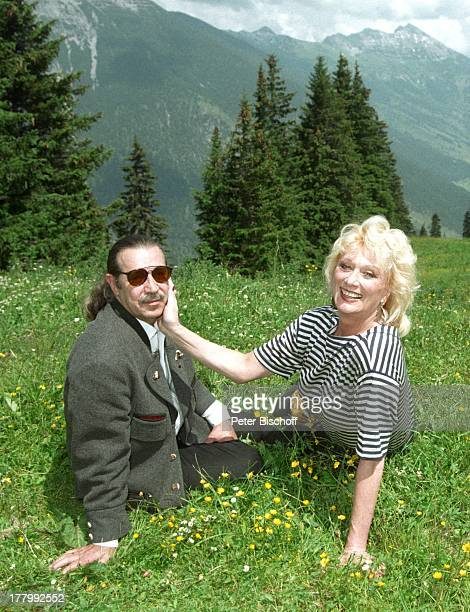 Margot Werner Ehemann Jochen Litt Hotel Berwanger Hof Berwangen Tirol sterreich Europa Natur Wiese Sonnenbrille Sängerin Schauspielerin MW/PBE Sc