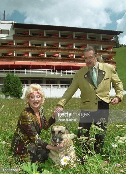 Margot Werner Ehemann Jochen Litt Schäferhündin Anja Hotel Berwanger Hof Berwangen Tirol sterreich Europa Natur Wiese Hund Schäferhund Tier Sängerin...