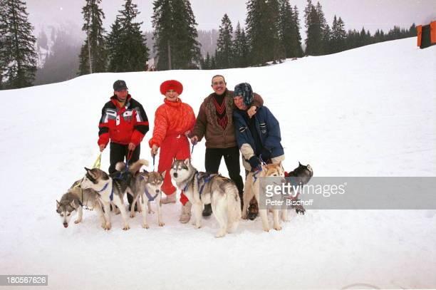 Margot Werner Ehemann Jochen LittHomestory Berwangen/Tiroler Alpen HotelBerwanger Hof Huskies Hund TierMütze Mann