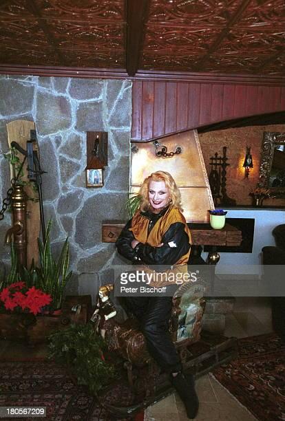 Margot Werner HomestoryBerwangen/Tiroler Alpen Hotel BerwangerHof Empfangshalle Schlitten