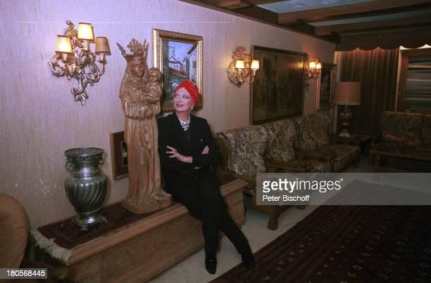 Margot Werner HomestoryBerwangen/Tiroler Alpen Hotel BerwangerHof MarienStatue Kopfbedeckung