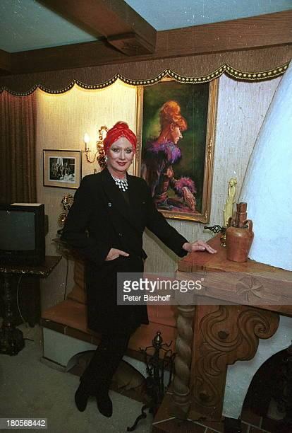 Margot Werner HomestoryBerwangen/Tiroler Alpen Hotel BerwangerHof Gemälde von Ihr Kopfbedeckung