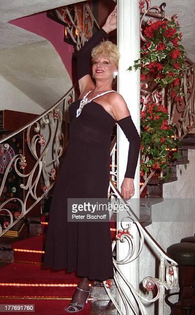 Margot Werner Hotel Berwanger Hof Berwangen Tirol sterreich Europa Kleid Abendkleid Treppe Ganzkörper Sängerin Schauspielerin MW/PBE Sc