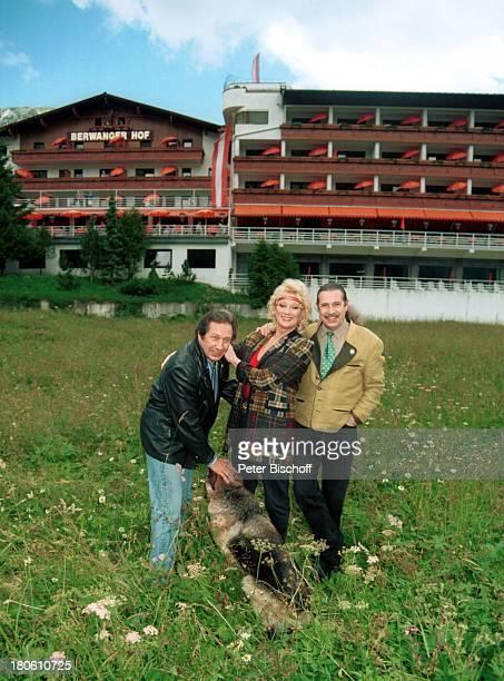 Margot Werner Jochen Litt Jürgen Litt Berwangen Tirol sterreich Europa Hotel Berwanger Hof Wiese Hund Tier