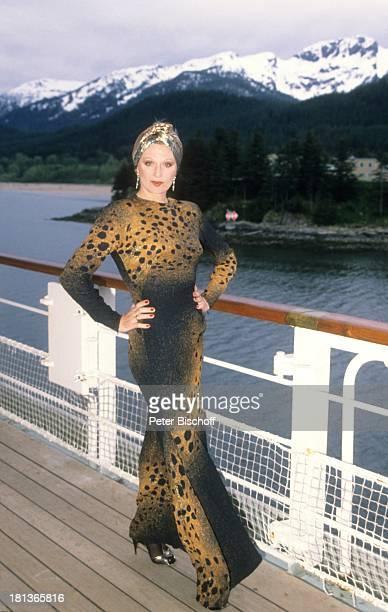 Margot Werner Kreuzfahrt von Vancouver nach Anchorage 'MS Europa' Alaska USA Nordamerika 10 Hochzeitstag Kreuzfahrtschiff Schiff Reling Tuch Kopftuch...