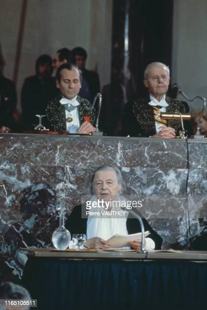 Marguerite Yourcenar, première femme élue membre de l'Académie Française le 6 mars 1980, lors de sa réception à l'Institut par Jean d'Ormesson que...