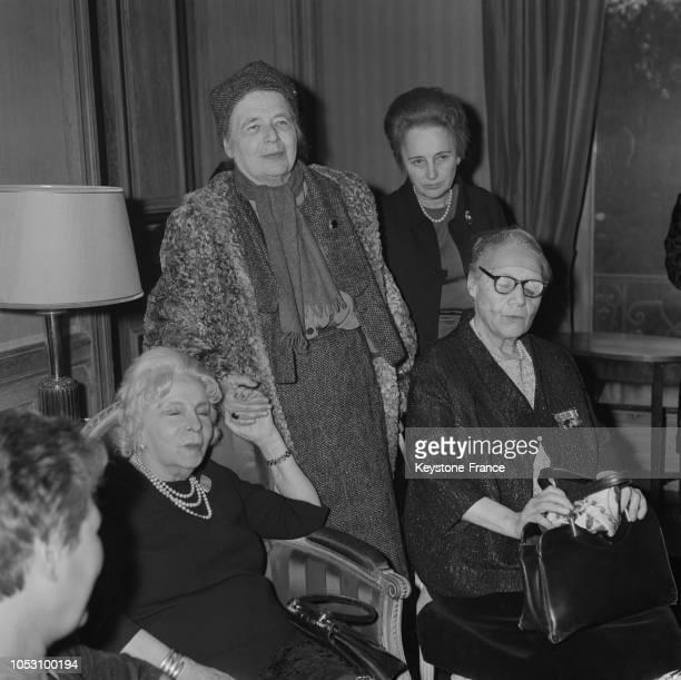 Marguerite Yourcenar Prix Femina 1968 serrant la main de Madame Simone membre du jury à Paris France le 25 novembre 1968