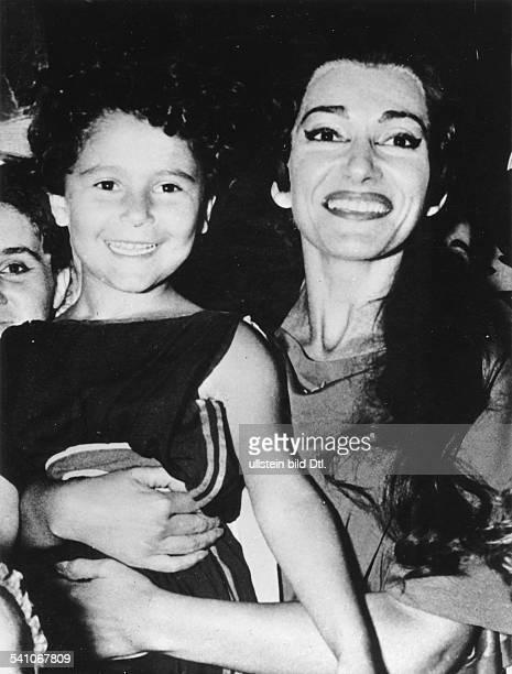 Maria Callas *Sängerin Sopran USA / Griechenlandstellt sich mit ihrem Opernkind ausCherubinis 'Medea' den Fotografen nachihrem Auftritt im Theater...