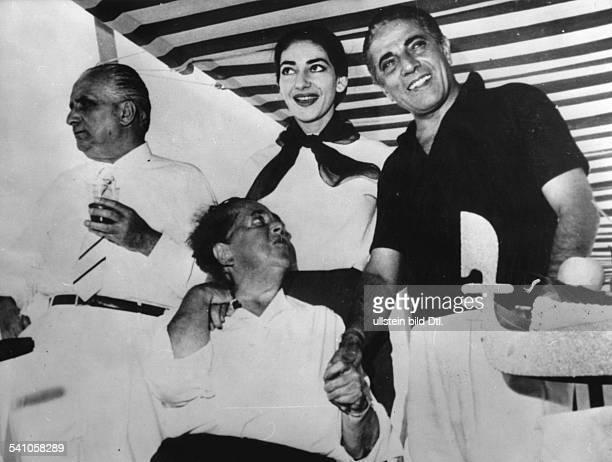 Maria Callas *Sängerin Soprna USA / Griechenlandvl Giovanni Battista Meneghini Maxwell Maria Callas Aristoteles Onassis am Badestrand des Excelsior...
