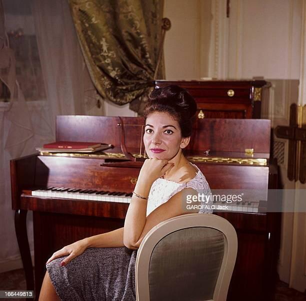 Maria Callas In Paris For A Unique Concert. Maria CALLAS dans sa chambre de l'hôtel Ritz à PARIS, se préparant pour son récital au théâtre des...