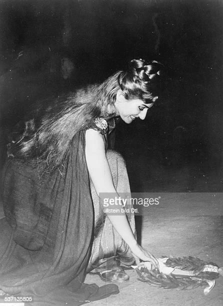 Maria Callas Sängerin Sopran USA / Griechenland nimmt den Applaus für die Rolle der Göttin 'Norma' von Bellinis gleichnamiger Oper entgegen