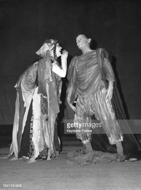 Maria Casarès et JeanLouis Barrault dans leurs costumes insolites répètent la pièce de Jean Genet 'Les Paravents' sur la scène du théâtre de l'Odéon...