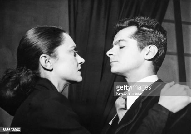 Maria Casarès et Serge Reggiani dans la pièce de théâtre 'Les justes' d'Albert Camus au théâtre Hébertot à Paris France le 14 décembre 1949