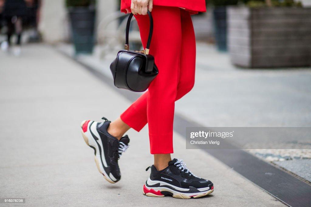 Street Style - New York Fashion Week February 2018 - Day 2 : ニュース写真