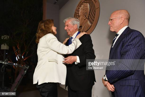Maria HummerTuttle 2017 Getty Medal Award Recipient Mario Vargas Llosa and Jim Cuno pose for a photo onstage during the Getty Medal Dinner 2017 at...
