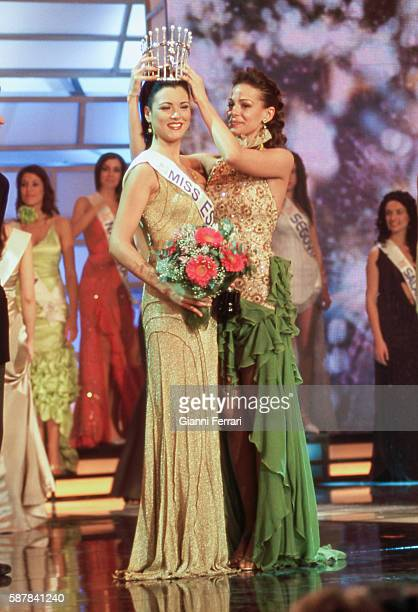 Maria Jesus Ruiz elected Miss Spain 2004 in Marina d'Or is crowned by Eva Gonzalez Miss Spain 2003 28th March 2004 Oropesa Castellon Spain