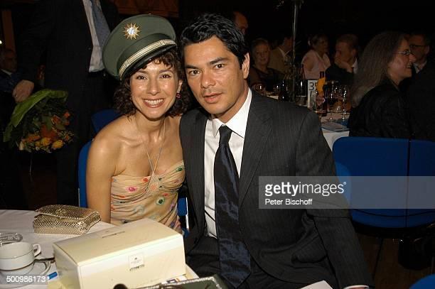 Maria Ketikidou Ehemann Tom Yamaoka nach der Auszeichnung zum Ehrenkommissar der Bayerischen Polizei des Jahres 2005 an J a n F e d d e r und M a r i...