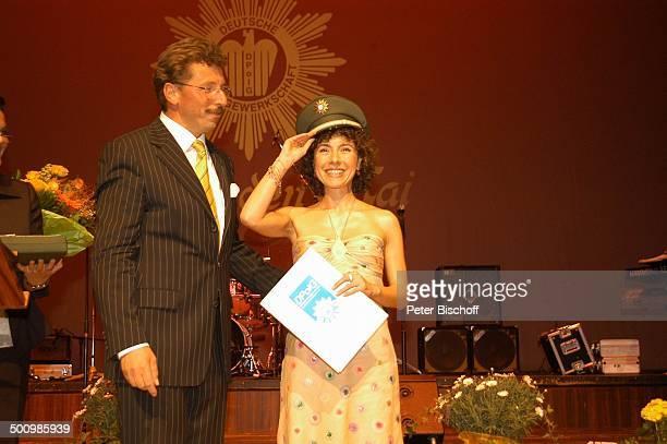 Maria Ketikidou Georg Schmid Auszeichnung zum Ehrenkommissar der Bayerischen Polizei des Jahres 2005 an J a n F e d d e r und M a r i a K e t i k i d...
