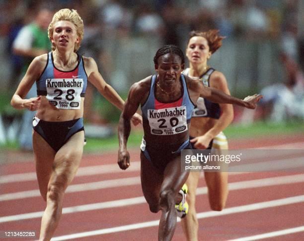 Maria Mutola aus Mosambik überquert am im Berliner Olympiastadion beim Rennen über 800 m der Frauen als Erste die Ziellinie vor der Russin Swetlana...