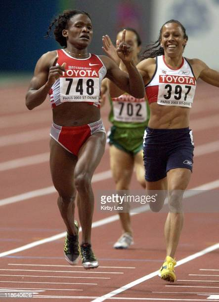 Maria Mutola of Mozambique and Kelly Holmes of Great Britain battle on the homestretch in the 800 meters